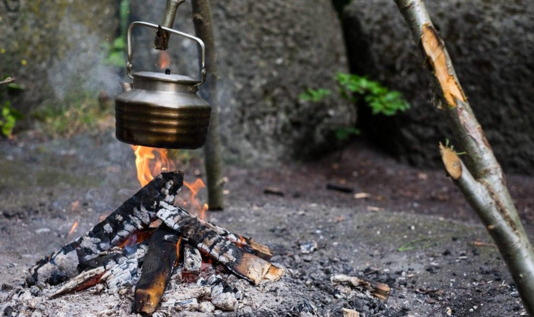 Teambuilding i naturen lærer jer f.eks. at lave bål og betjene det så I kan lave mad over åben ild