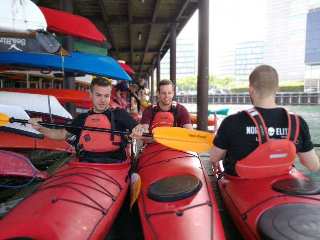 At sejle i kajak med sine kollegaer er en sjov, udfordrende og ikke mindst spændende teambuilding oplevelse